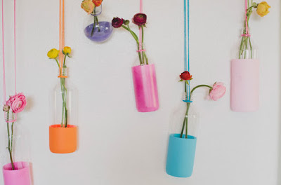 Vas bunga gantung yang cantik dan cerah