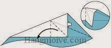 Bước 7: Mở lớp giấy ra, kéo và gấp lớp giấy chéo xuống dưới.