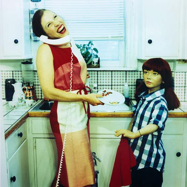 بالصور, فتاة, تعيش, مع, عائلة, من, التماثيل, 14, عاماً, عزباء تعيش مع التماثيل 14 عام