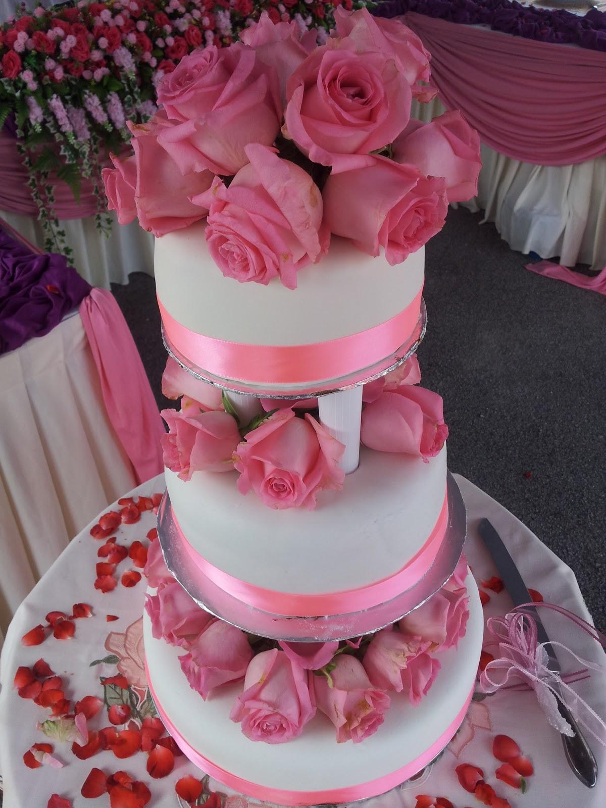おいしい ですね (^_^): Three tier Wedding Cake with Fresh Roses