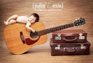 Gratis foto bayi tidur di atas gitar lucu