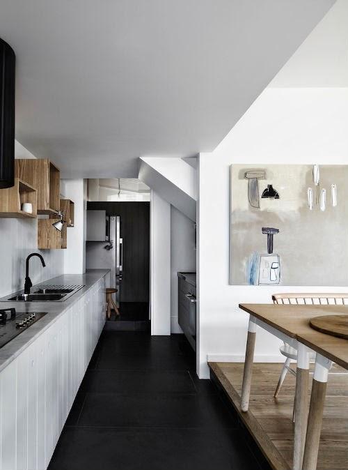 Küche mit zwei großen Holztischen