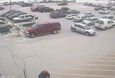 92χρονος οδηγός έσπειρε την καταστροφή προσπαθώντας να βγει από πάρκινγκ