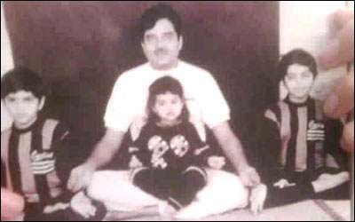 Sonakshi sinha childhood picture doing yoga with brothers and father