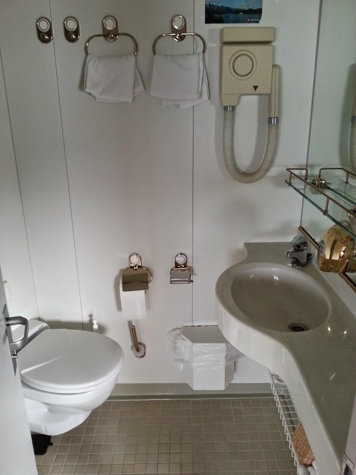 Hurtigruten MS Nordkapp - Suite Bathroom