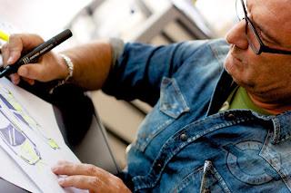 """""""Opel Adam & Vale for Charity"""": Stardesigner Aldo Drudi bei den Entwürfen des Opel Adam."""