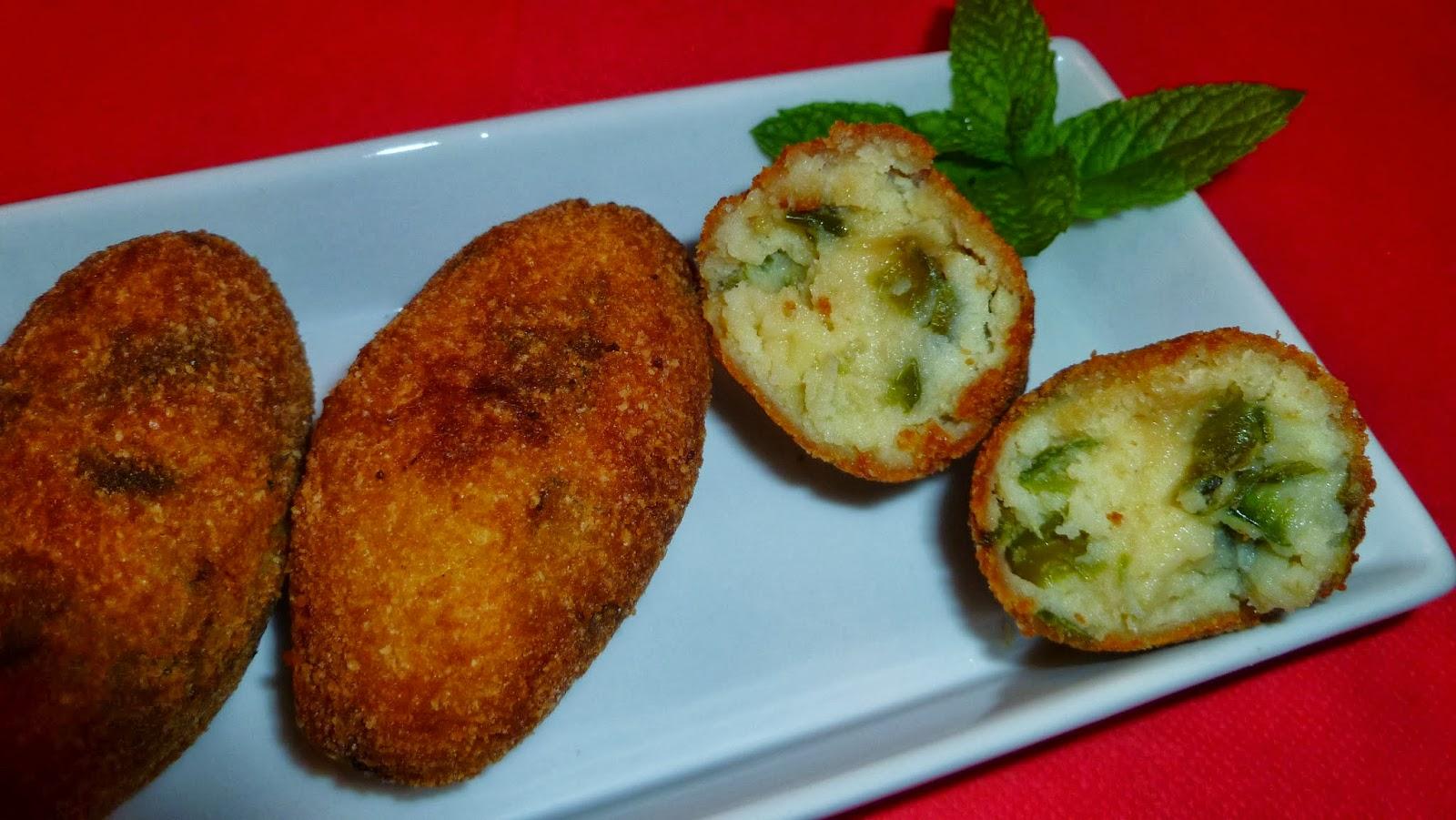 Croquetas de patatas con pimientos verdes fritos