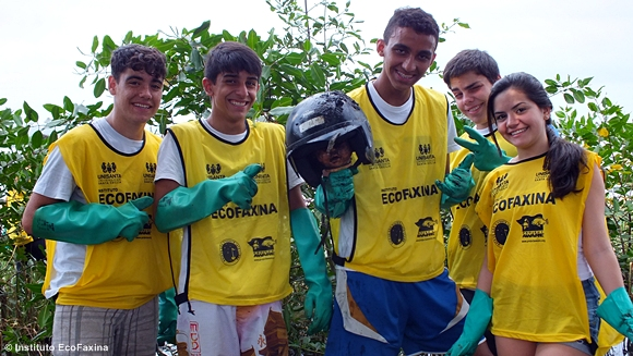 Alunos do Colégio Ômega se impressionam com a variedade de resíduos encontrados no manguezal.