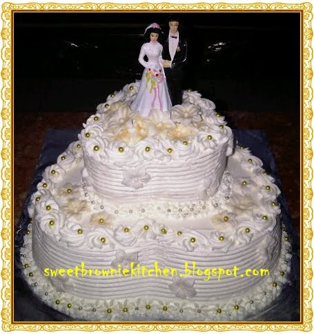 white and gold wedding cake two tier for Ari