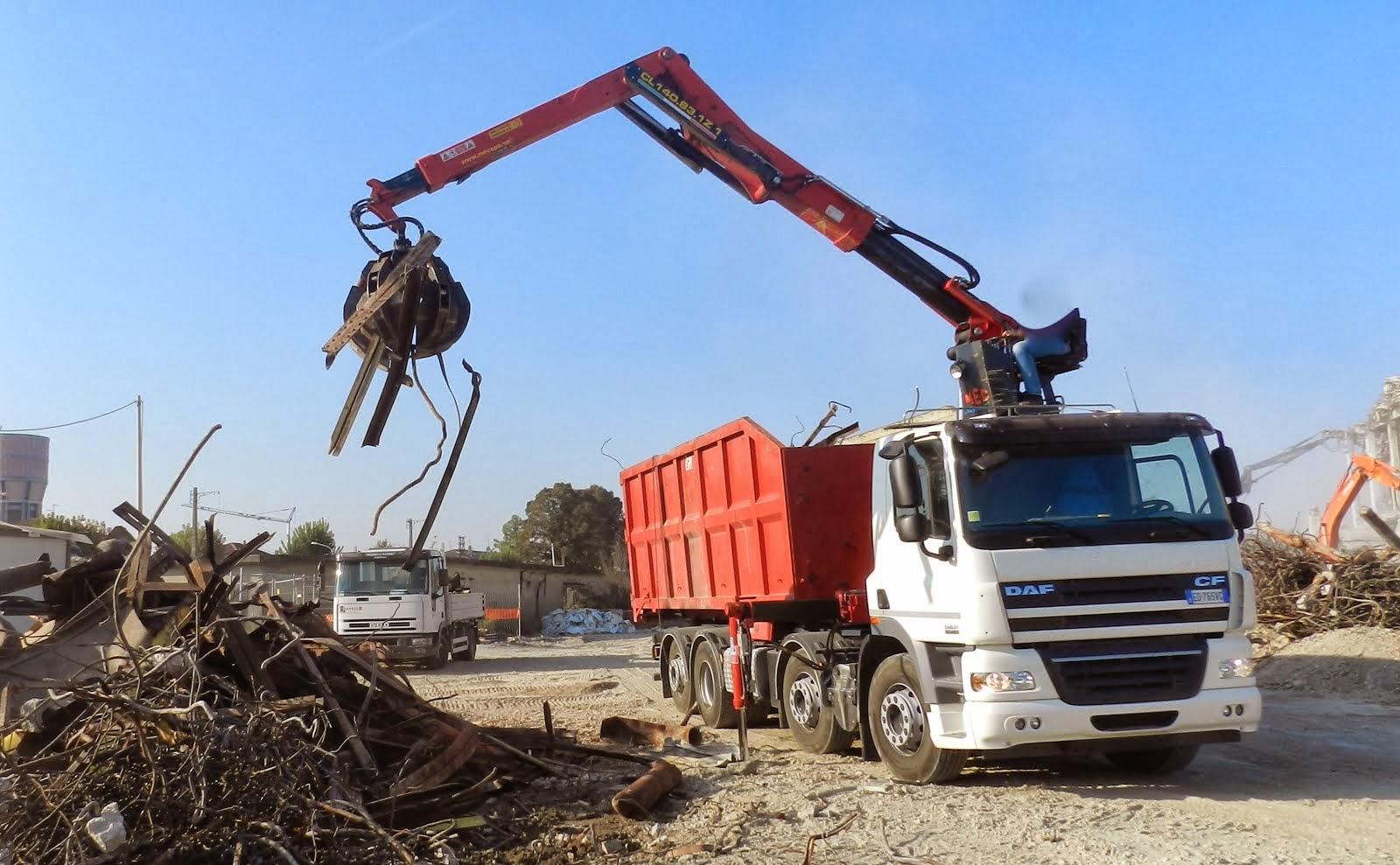 Camion DAF con gru a polipo e container scarrabile per materiali ferrosi