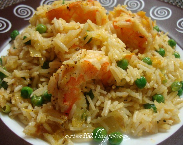 Рис с креветками и зеленым горошком.