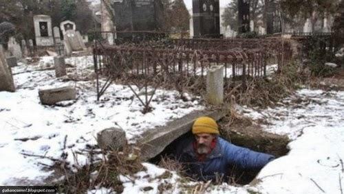 Pelik Bratislav Stojanovic Lelaki Yang Tinggal di Lubang Kubur Selama 15 Tahun