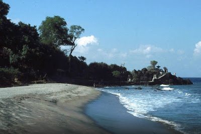 pantai dekat pura batu bolong lombok