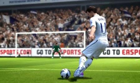 El futbolista galés del Real Madrid Club de Futbol Gareth Bale chutando a portería en el videojuego FIFA 14
