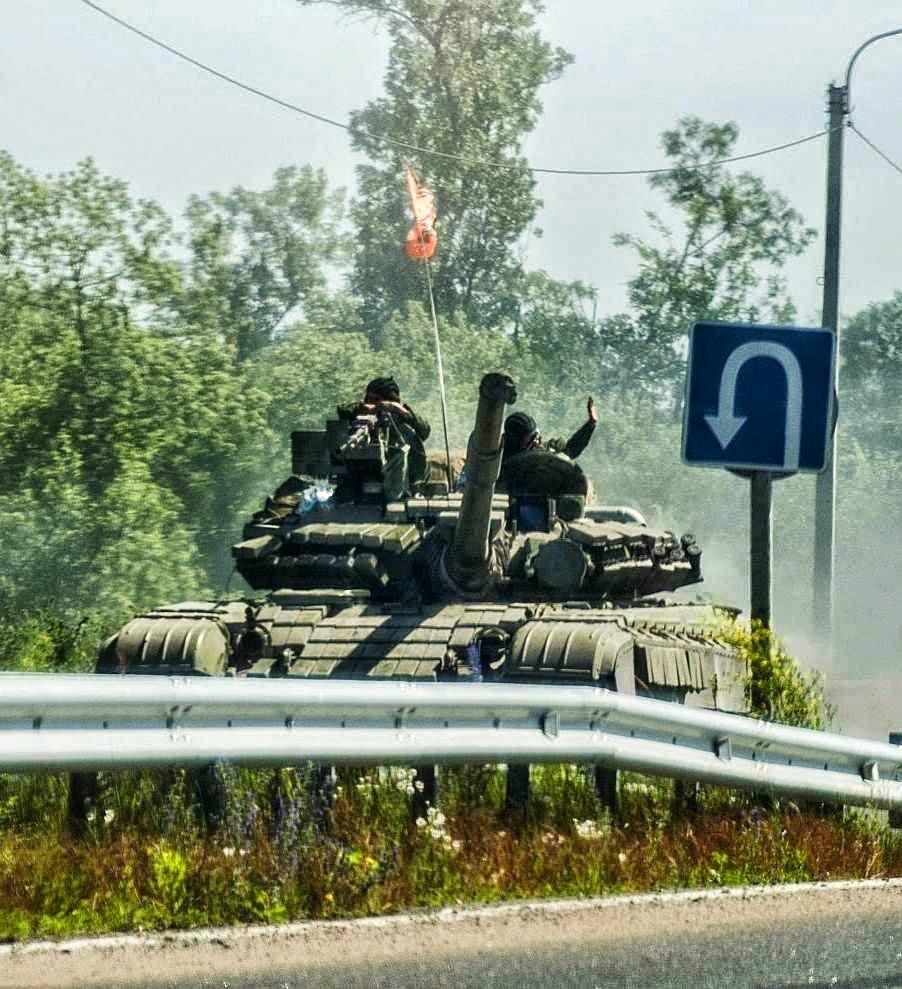 Separatistas em tanque russo rumo a Donetsk. Eles pedem auxilio mas esse chega insuficiente da Rússia