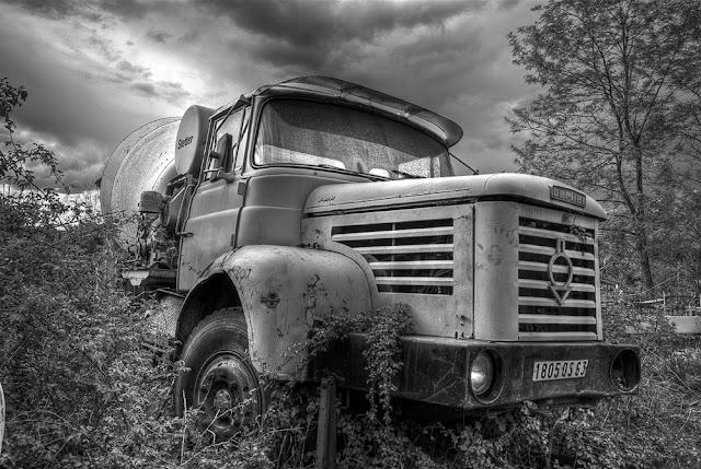 photo camion berlier, photo hdr camion, épave de camion, urbex casse auto, urbex friche, photo hdr noir et blanc, photo fabien monteil