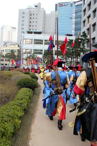 Desfilando hacia Deoksugung para la ceremonia de cambio de la guardia