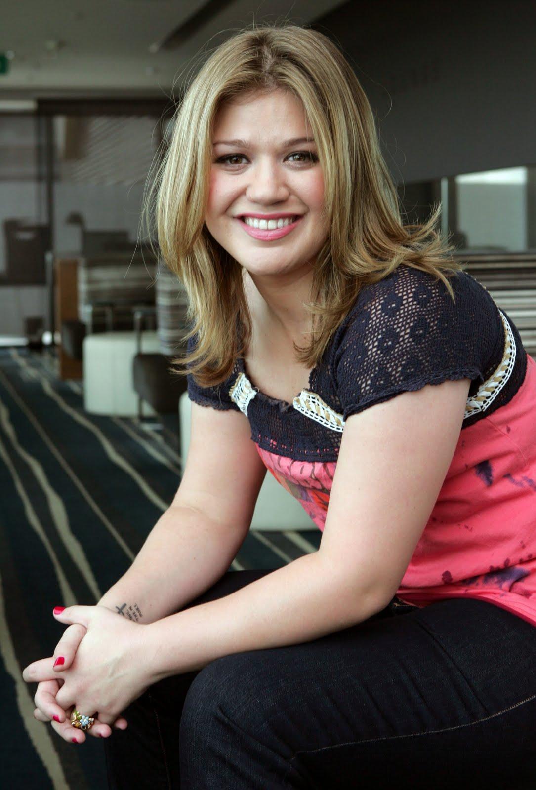 http://2.bp.blogspot.com/-4S6MtS90ado/TlDgKIgOLFI/AAAAAAAAAA0/stouKkaG-k4/s1600/Kelly-Clarkson-life-style-2011-08-american-singer-and-actress.jpg