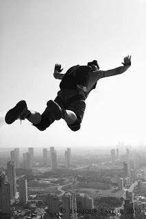La práctica de deportes extremos como el salto base requiere no atender a los riesgos