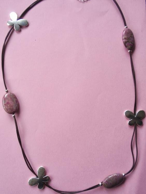Collar en cuero marrón con mariposas plateadas y jaspe rosa