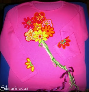 como hacer una camiseta con apliques de flores, ganchillo y lazo-
