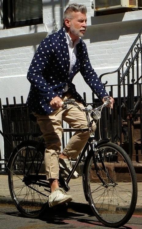 homem andando de bicicleta-moda para homens mais velho-moda poá- estampa de bolinha