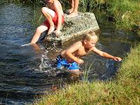 Lasse er desidert den tøffeste av gutta når det gjelder bading