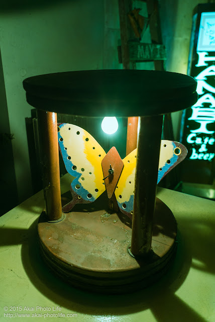 街角スナップ写真、光の虫籠のに捕われた蝶の飾り