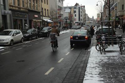 """""""Schutz""""-Streifen in Köln - Venloer Straße"""
