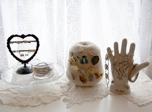 Ball of string and ceramic hand to display jewellery. Easy upcycled jewellery organisers (jewelry organizers) that you can make form everyday found objects give an alternative way to display jewellery.