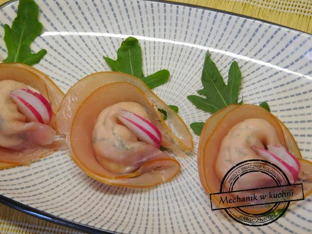 Przystawka z polędwicy łososiowej szynka ser serowa przystawka przekąska tortellini pomysły kulinarne mechanik w kuchni zimna płyta na przyjęcie starter serek kanapkowy efektownie wyglądający catering sps
