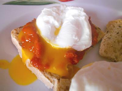 Crostini con Uova in camicia e Salsa piccante