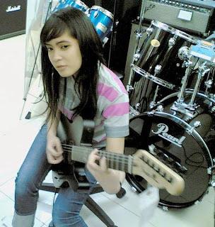 Prisa adinda rianzi,gitaris cewek indonesia,sexy gitaris