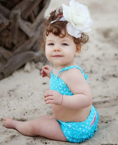 Image bébé fille adorable avec bikini