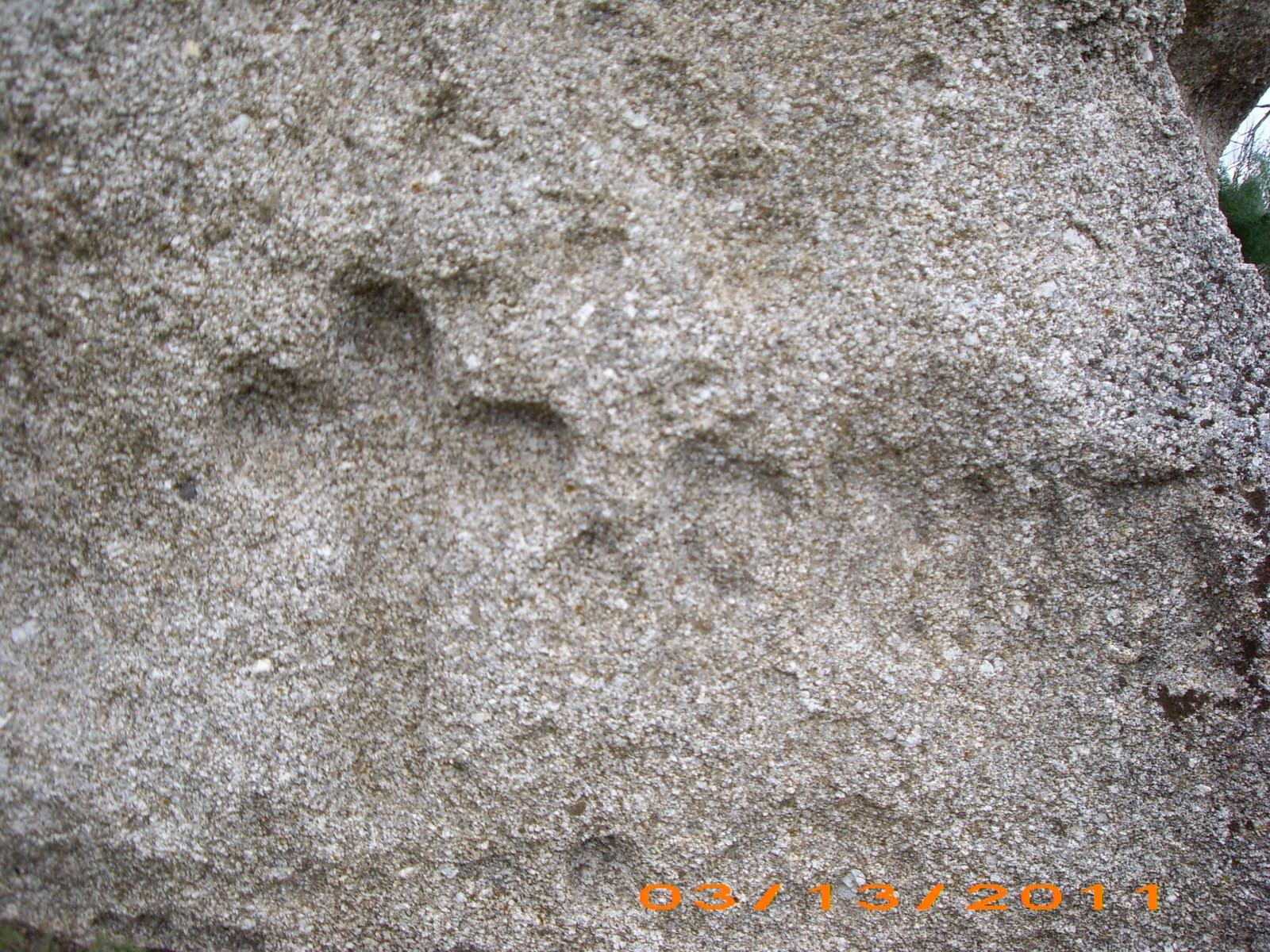 o pero se pueden identificar trazos ms y menos profundos de un relieve esculpido a modo de escena como en la piedra de piedra escrita