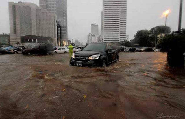 Jakarta-Lumpuh-Bundaran-HI-Banjir_1