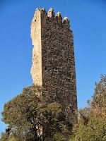 La Torre de Merola coronada amb merlets vista des del nord