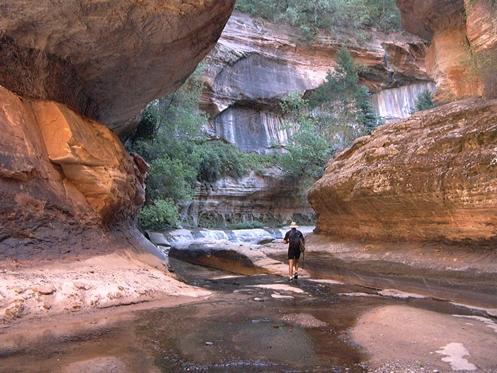 Trilha para caminhada subterrânea  no Zion National Park em Utah, Estados Unidos