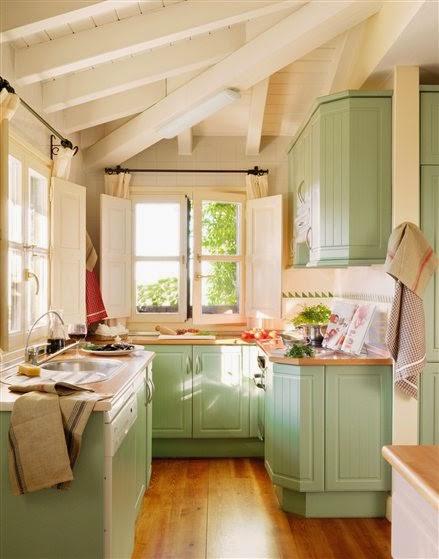 las cocinas que vemos en revistas y dems suelen tener muchos accesorios y elementos vistos en baldas pero eso en el caso de un espacio