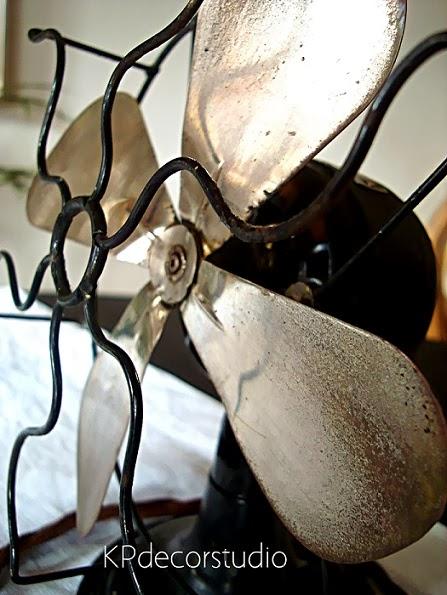 Objetos vintage para decoración. Ventiladores antiguos cuatro aspas que funcionan.