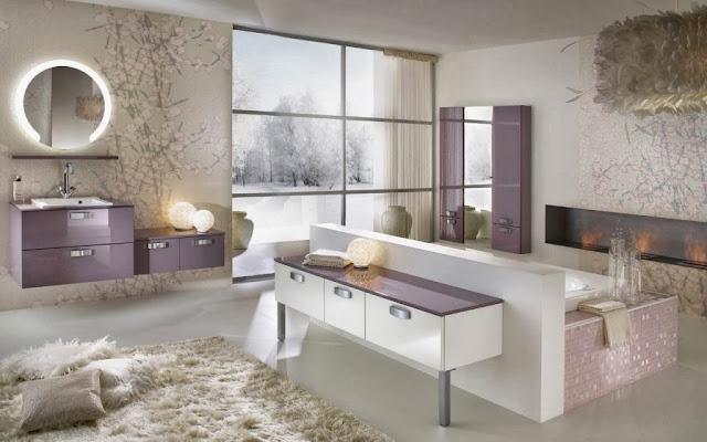 Grande salle de bain blanche et violine dans un style moderne. Meuble indépendant, décoration zen et baignoire centrale encastrée.