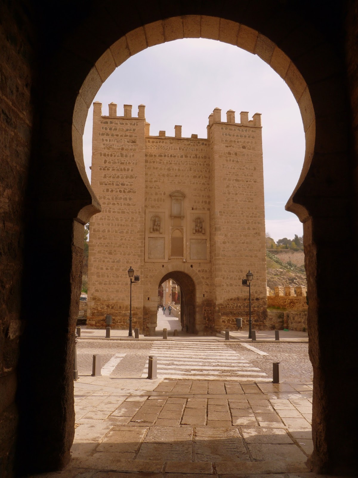 Vista hacia el Puente de Alcántara en Toledo, España