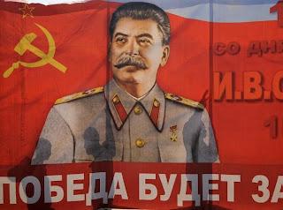 """""""Stalin: comunista, revolucionario, patriota dirigente clave en la derrota del fascismo y construcción del socialismo en la URSS"""" - escrito por Guennadi Ziuganov, Presidente del Comité Central del Partido Comunista de la Federación Rusa Stalin-poster-2"""