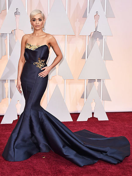 Рита Ора в мастилено синя рокля русалка на Оскари 2015