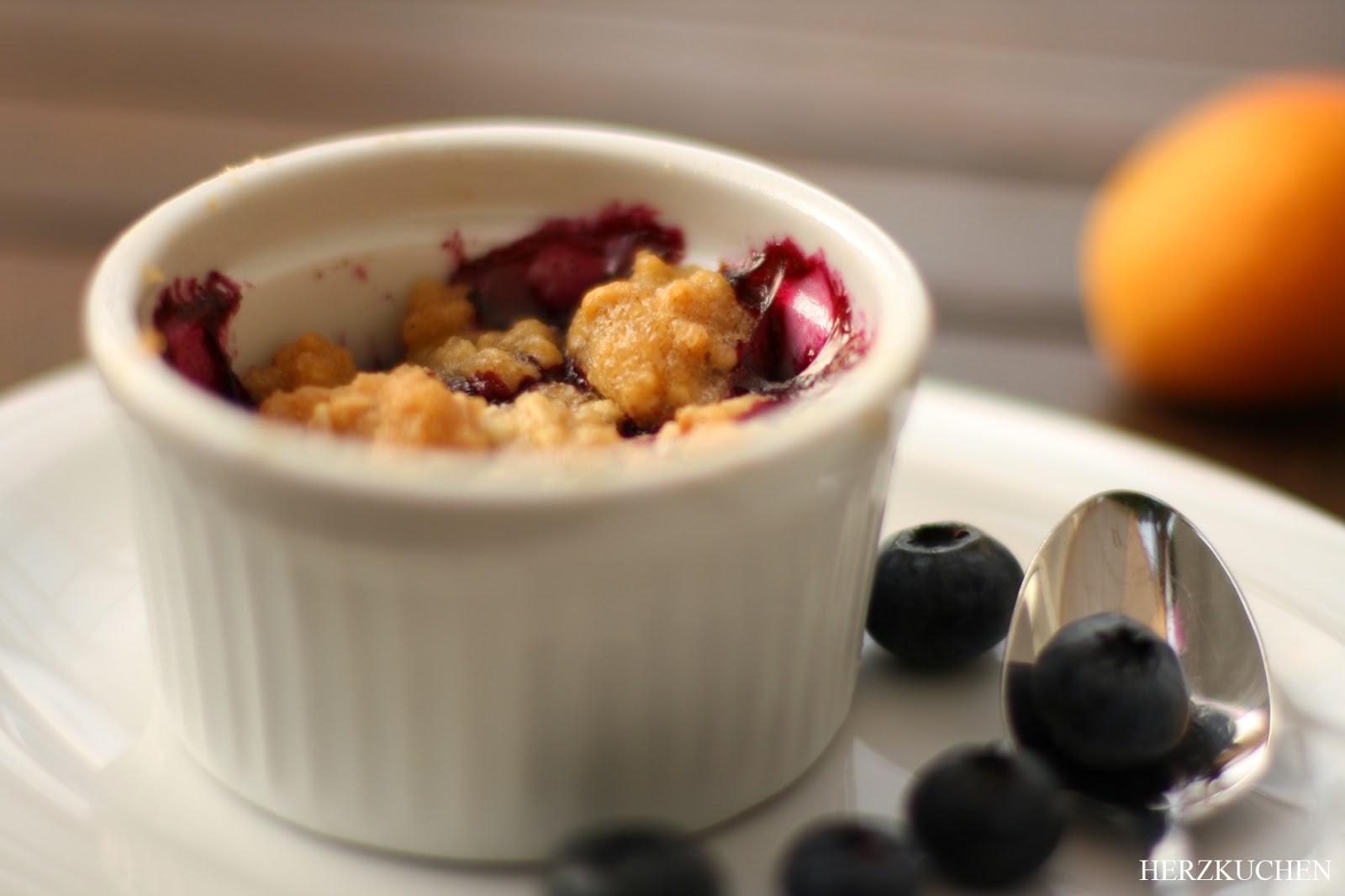 Crumble mit Aprikosen und Blaubeeren