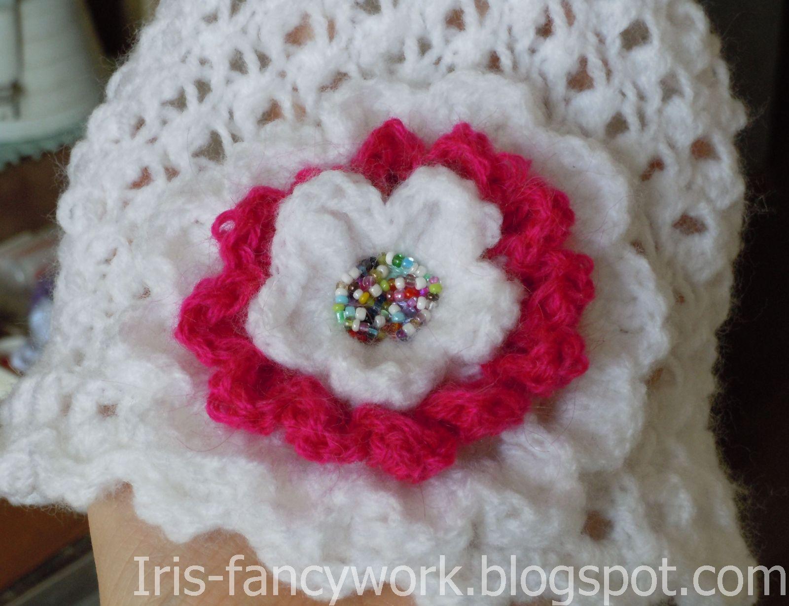 Вязание белой шапочки с цветами