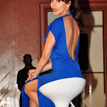 Don't miss Anushka Sharma showing  her hot leg show