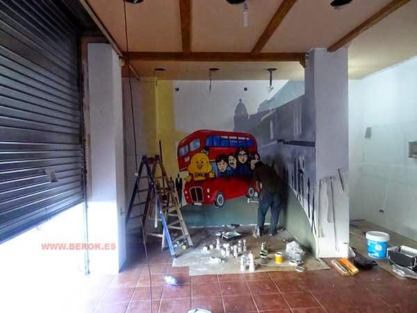 José Chacón pintando el mural