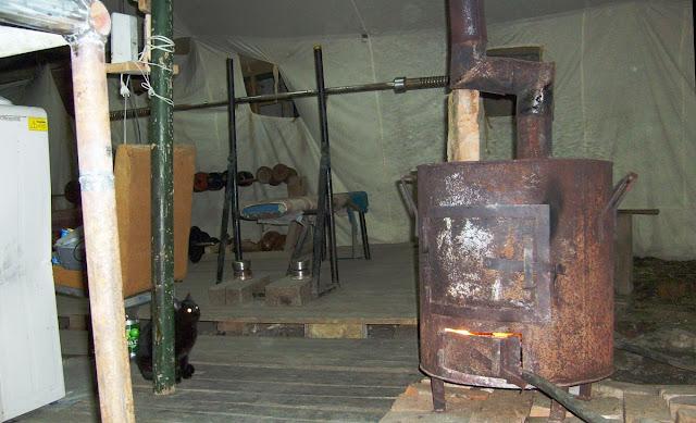 Походный спортзал качалка в армейской палатке. Обогрев печкой буржуйкой