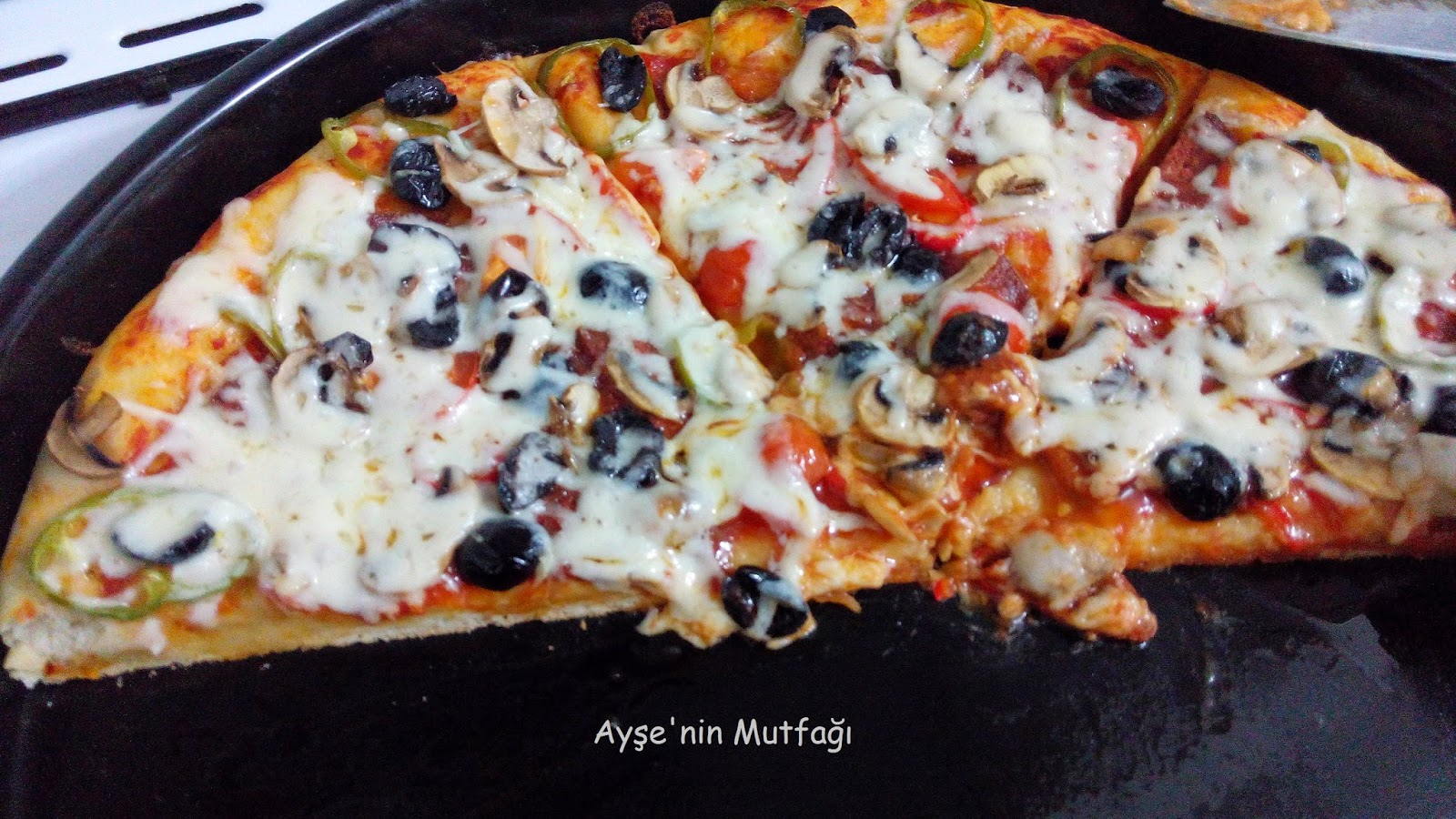 pizza tarifi pizza hamuru tarifi ay e 39 nin mutfa ndan yemek tarifleri. Black Bedroom Furniture Sets. Home Design Ideas